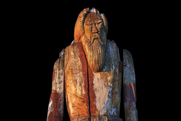 Imagem com a representação em madeira de um deus nórdico (supostamente Odin)