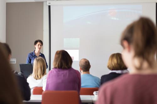 Durante um seminário, o expositor precisa estabelecer uma interação com a plateia