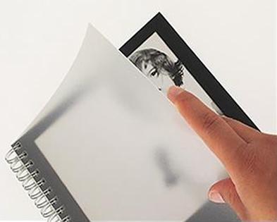 A capa do caderno é considerada um meio translúcido, pois não vemos nitidamente a imagem contida no caderno