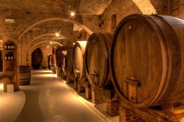 Vinhos estocados em abadia beneditina, Monte Oliveto Maggiore. Toscana, Itália