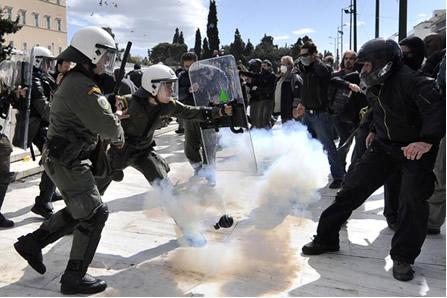 Uso de gás lacrimogênio por policiais para dispersar manifestação popular