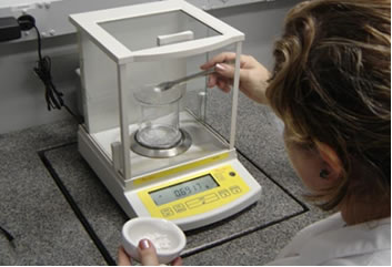 Em laboratórios de Química, as unidades em escalas macro e microscópicas (como o número atômico e a massa atômica) são muito importantes.