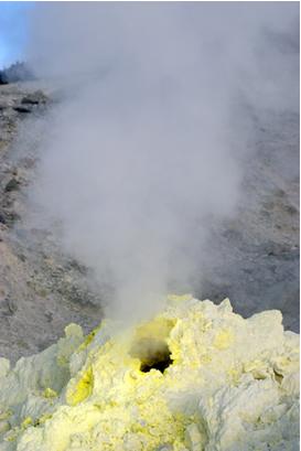 As duas formas alotrópicas do enxofre (rômbico e monoclínico) podem ser encontradas em locais propícios a erupções vulcânicas