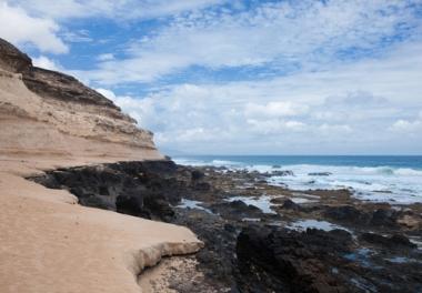 Nessa foto, é possível observar a ação das águas do mar sobre o litoral