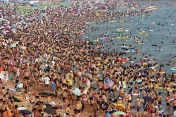 Praia chinesa: um local que evidencia uma superpopulação