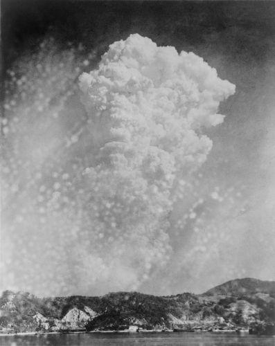 Visão do cogumelo atômico da cidade de Kure durante o bombardeio a Hiroshima, em 6 de agosto de 1945