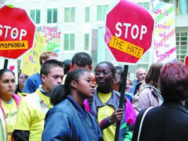 Grupo de jovens protestando contra a discriminação sexual.