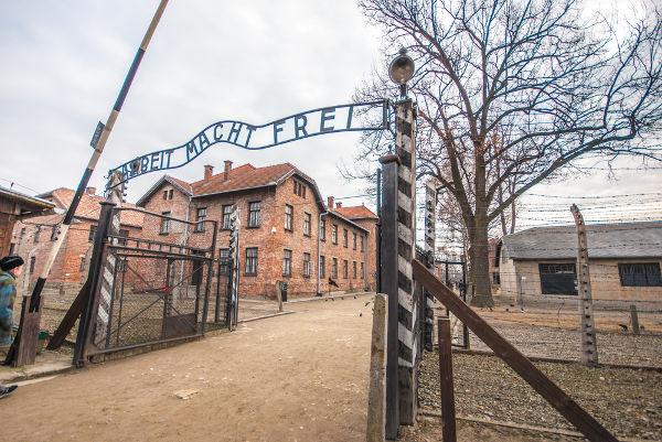 """Portal encontrado no campo de concentração de Auschwitz. No portal, está escrito """"o trabalho liberta""""."""