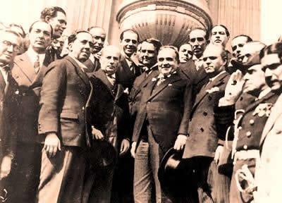 Vargas ao lado dos deputados que discutiram as leis da Constituição de 1934.