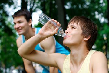 Beber água com frequência é fundamental para manter o equilíbrio entre a eliminação e a ingestão
