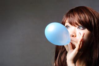 Inalar gás hélio de uma bexiga distorce a voz