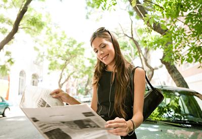Reportagem e notícia são gêneros textuais distintos, pois apresentam características temáticas e estilísticas que possibilitam sua identificação