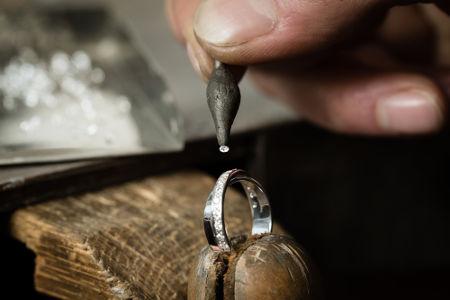 A confecção de joias é uma aplicação dos metais nobres