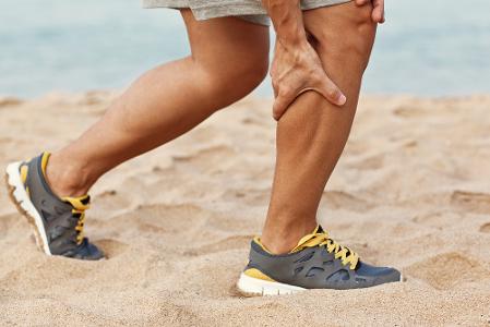 Câimbras estão associadas, principalmente, a exercícios físicos excessivos.