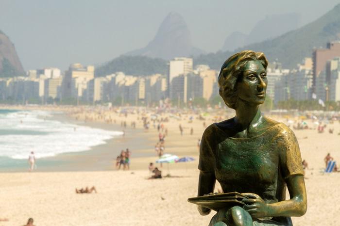 Estátua de Clarice Lispector em Copacabana, Rio de Janeiro.