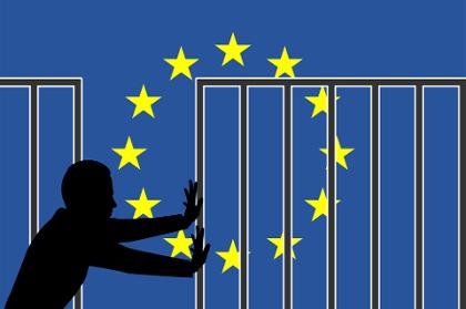Acima, imagem representando um imigrante diante do símbolo da União Européia cercado por grades