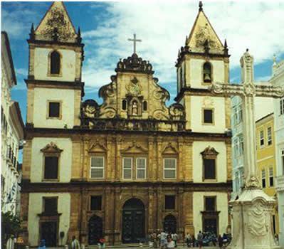 Igreja de São Francisco, em Salvador, com frontão de característica barroca