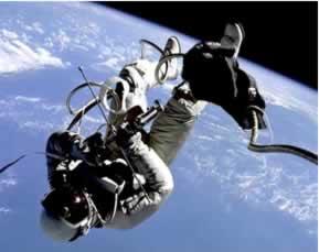O astronauta possui a mesma velocidade v da estação espacial