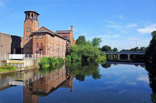 Derby Silk Mill, antiga fábrica que produzia tecidos de seda às margens do Rio Derwent, em Derby, Inglaterra