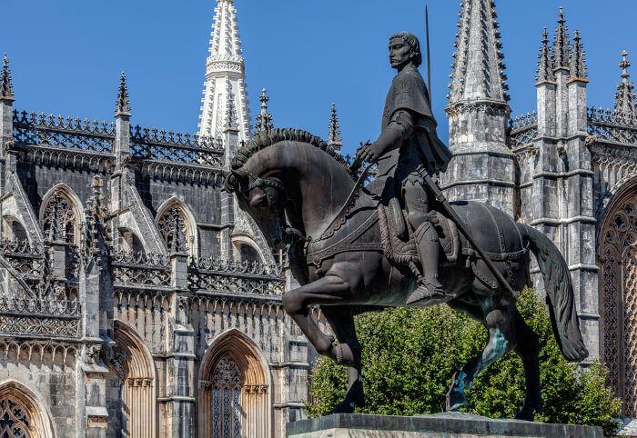 Estátua em homenagem a D. Nuno Álvares Pereira, líder das tropas portuguesas na Batalha de Aljubarrota.*