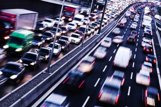A todo momento, no trânsito, um motorista executa movimento acelerado e retardado