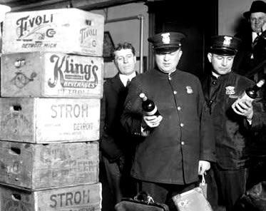 Autoridades policiais realizando a apreensão de um carregamento clandestino de bebidas.