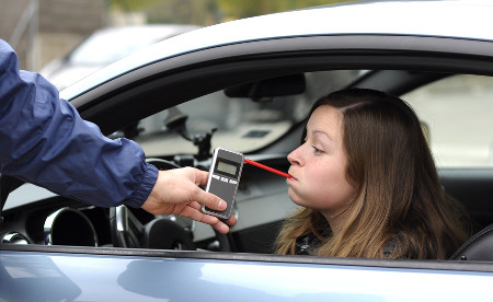 Para saber se há vestígios de álcool no sangue do condutor do veículo, é utilizado um aparelho chamado bafômetro