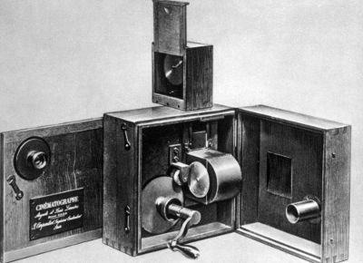 Acima, o modelo de cinematógrafo patenteado pelos irmãos Lumière*