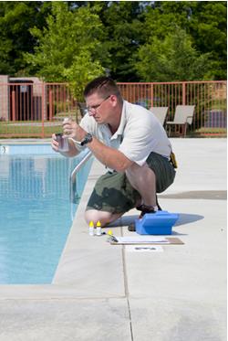 Homem realizando a verificação dos níveis de cloro, pH e outros produtos químicos em piscina