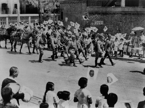 Tropas japonesas são recebidas por japoneses que moravam em Pequim durante a Segunda Guerra sino-japonesa