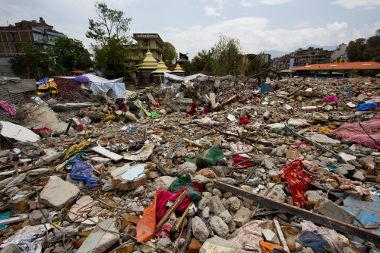Efeitos de um abalo sísmico de forte intensidade no Nepal