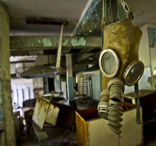 Máscara contra a radiação dependurada em zona de exclusão em Chernobyl