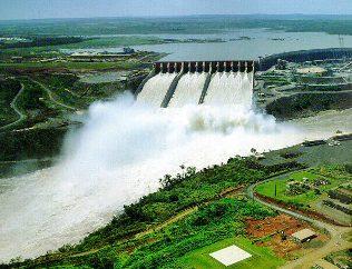 Usina de Itaipu, a maior usina hidrelétrica do mundo em potência.