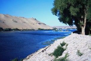 Rio Nilo, curso de água considerado pelos egípcios como uma dádiva de Deus.