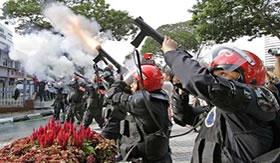 Bombas de gás lacrimogêneo para acalmar manifestantes.