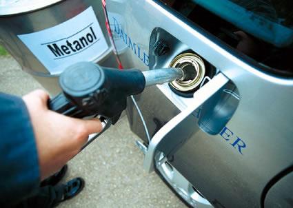 O metanol é usado como combustível de aviões a jato e em certos carros de corrida e aeromodelos que funcionam com motores à explosão