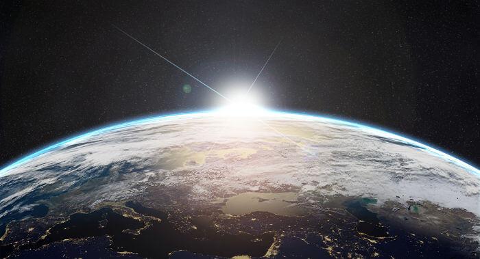 Visto de fora da atmosfera terrestre, o Sol apresenta cor branca. Sua cor aparentemente amarela ocorre em razão da absorção da luz pela atmosfera.