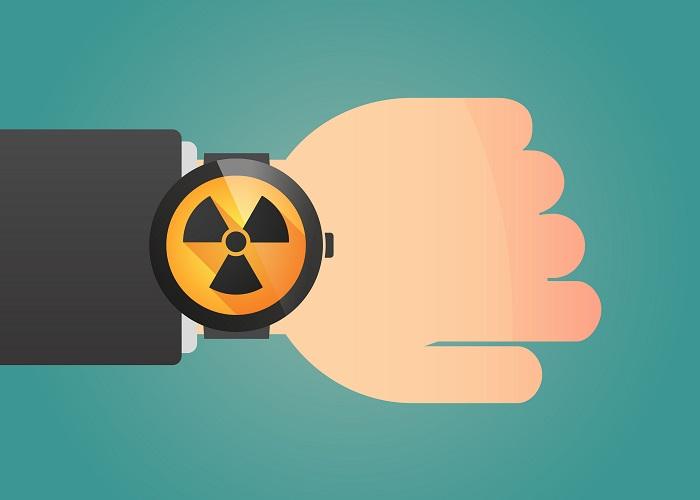 Os relógios atômicos atuais utilizam a contagem de pequenas transições de energia em átomos de césio ou rubídio, por exemplo.