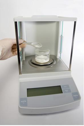 Algumas balanças analíticas possuem portinholas de vidro corrediças para impedir que correntes de ar levem a medidas erradas