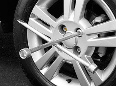 A chave de rodas é utilizada para desapertar os parafusos da roda do carro