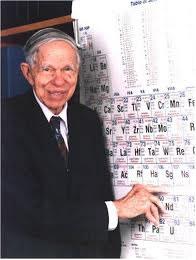 Glenn Seaborg, físico norte-americano que comandou uma equipe na descoberta do    . elemento  transurânico  plutônio