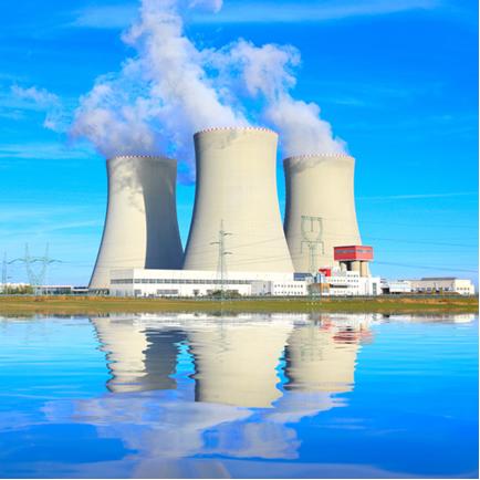 As usinas nucleares sempre são instaladas perto de fontes de águas naturais. Em destaque na foto temos as torres de resfriamento