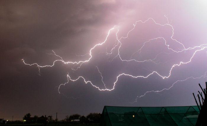 Os raios são formados quando o campo elétrico no ar excede o valor de três milhões de volts por metro.