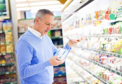 Ao realizar a compra de qualquer alimento, é fundamental avaliar os rótulos dos produtos.