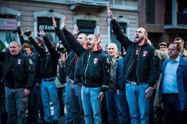 Grupo de neonazistas italianos fazendo a saudação nazista.*