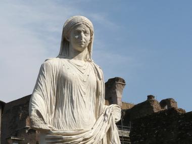 Estátua de uma virgem vestal em frente ao Templo de Vesta, em Roma