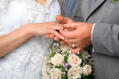 A troca de alianças simboliza o compromisso firmado pelos noivos