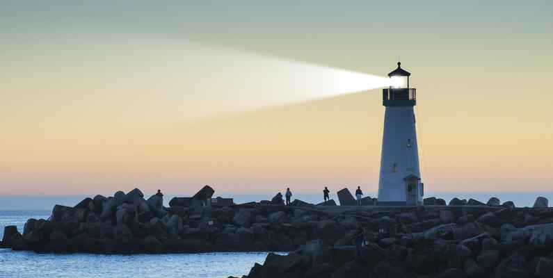 Apesar de nos parecer instantânea, a luz se move com velocidade finita, levando um tempo para chegar aos nossos olhos