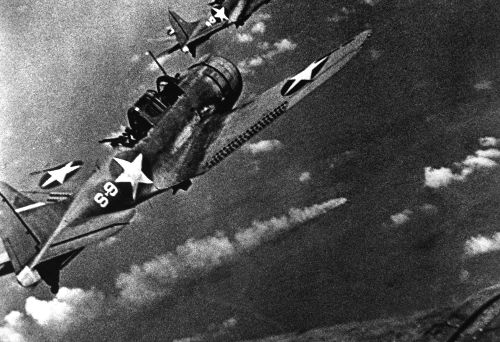 Avião americano preparando-se para o ataque ao navio japonês Mikuma durante a Batalha de Midway, em 6 de junho de 1942