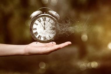 As teorias da Física não impedem a possibilidade de viagens no tempo.